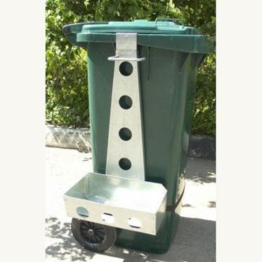 Навеска-держатель инвентаря на бак для мусора